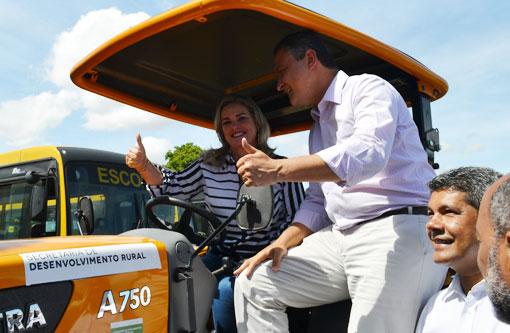 Ivana Bastos entrega trator agrícola à associação de Riacho de Santana e987e5c2f3