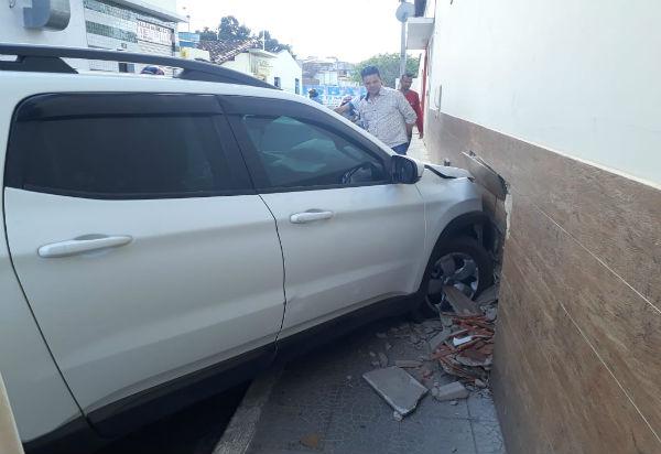 Mulher perde controle da direção de veículo e colide contra lateral de loja em Brumado