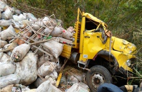 Livramento: Caminhão tomba na Serra das Almas