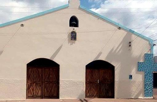Licínio de Almeida: Após pichação, fachada de igreja é pintada por morador local