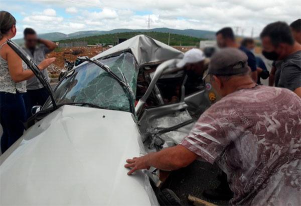 Brumado: Passageira de carro morre após colisão contra caminhão na saída para Aracatu