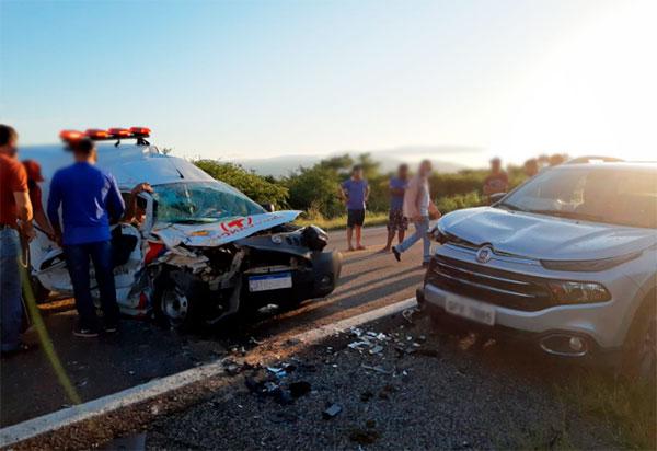 Ambulância de Malhada de Pedras e Fiat Toro colidem frontalmente na BR-030 em Brumado