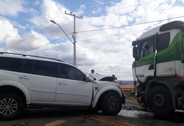Mitsubishi e carreta colidiram frontalmente na BA-262, em Aracatu