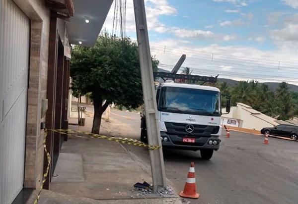 Brumado: Veículo bate em poste na Avenida João Paulo I; moradores pedem construção de rotatória no local