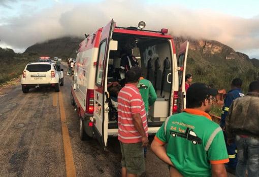 Caminhão tombou na BA-142 entre Barra da Estiva e Ituaçu