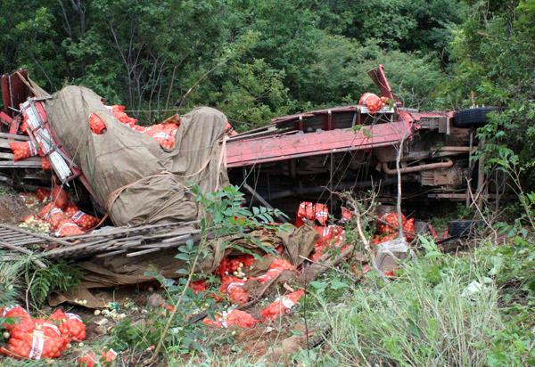 Caminhão carregado com cebola tombou na BA-148, trecho entre livramento e Rio de Contas