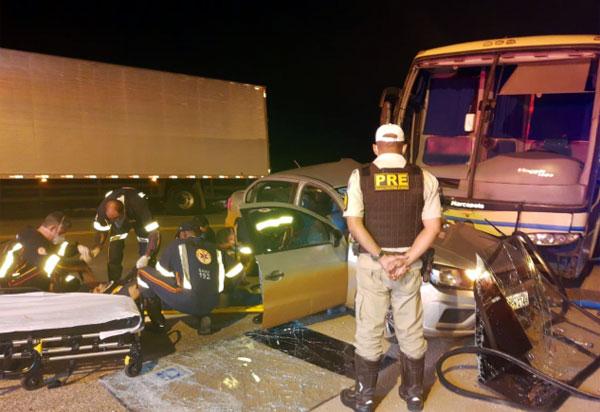Carro e ônibus colidiram na rotatória da BA-262, em Brumado