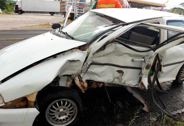 Brumado carro capota após colisão com outro veículo na BA-262, próximo ao posto da PRE