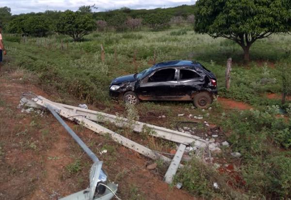 Dom Basílio: Veículo capota após colidir contra poste na BA-424