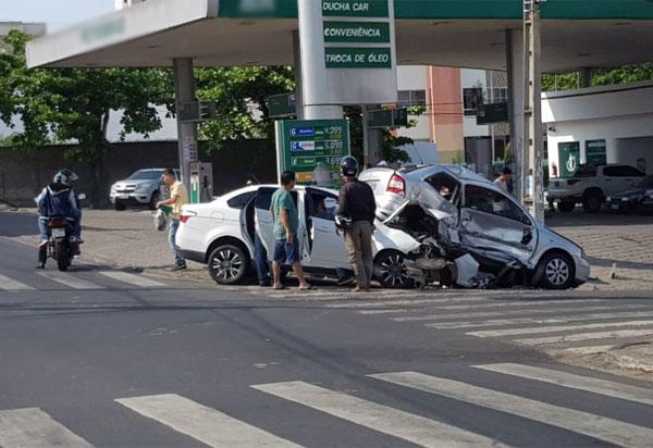 Colisão entre automóveis deixa pessoas gravemente feridas em Vitória da Conquista