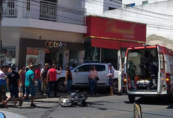 Brumado: mulher perde controle de veículo, sobe calçada e atropela uma pessoa no centro da cidade