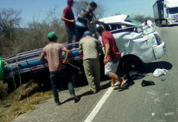 Brumado: motorista e passageiro ficam feridos após caminhonete capotar na BR-030