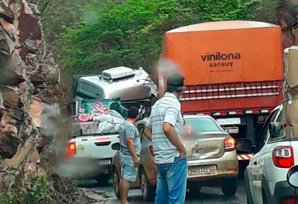 Carretas colidiram frontalmente na BR-430, entre as cidades de Igaporã e Caetité