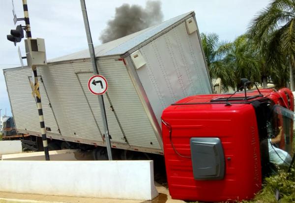 Caminhão tomba após ser atingido por locomotiva em passagem de nível no centro de Brumado