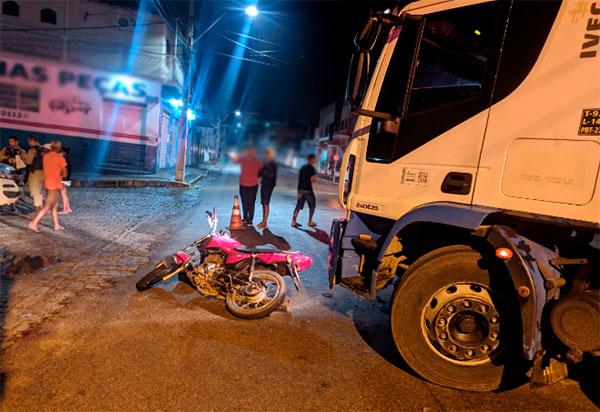 Caminhão e moto colidem em Livramento de Nossa Senhora