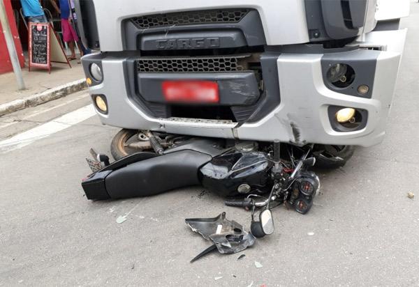 Brumado: moto vai parar debaixo de caminhão em acidente na Rua Exupério Pinheiro Canguçu