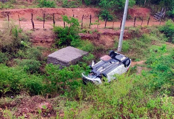 Carro com Policiais da 46ª CIPM-Livramento capota a caminho de Vitória da Conquista