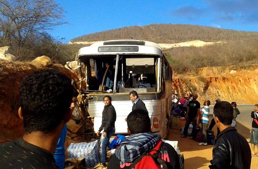 Rio de Contas: Um morre em batida de ônibus em barranco