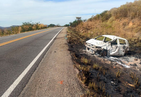 Ibitira: Mulher fica gravemente ferida após carro capotar e pega fogo na BR-030