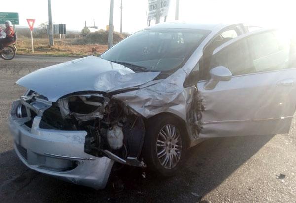 Automóvel e caminhão caçamba se envolveram em acidente na rotatória da BA-262, em Brumado