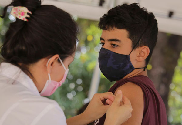 Covid-19: ministério da Saúde volta a recomendar vacinação de adolescentes