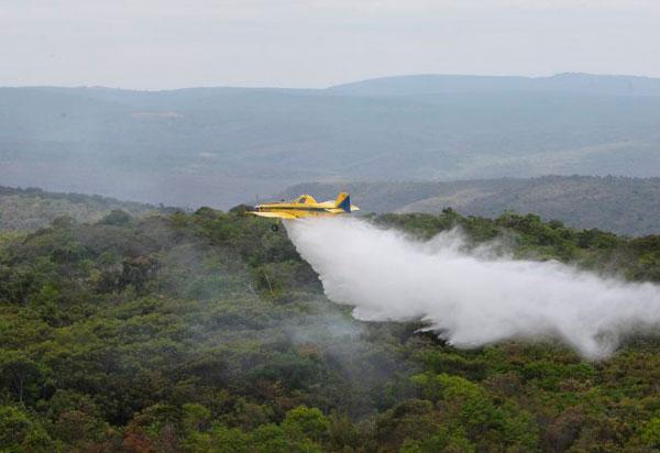 12 aeronaves e um helicóptero auxiliam no combate aos incêndios florestais no interior baiano