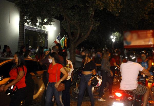 Brumado: aglomeração de pessoas na frente da Câmara de Vereadores revolta população