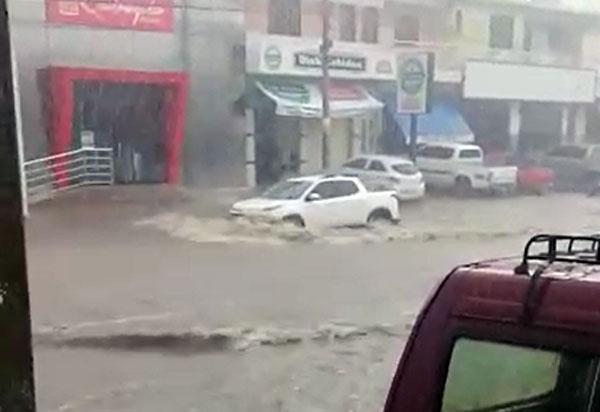 Vídeo: Chuva forte causa alagamento na Avenida Centenário, em Brumado