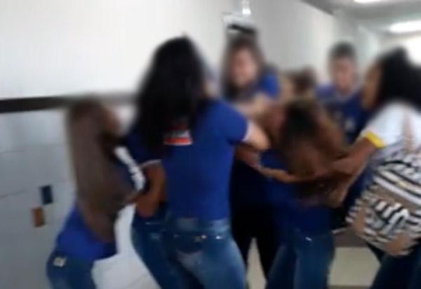 Brumado: Vídeo de alunas brigando no CEEP viraliza nas redes sociais