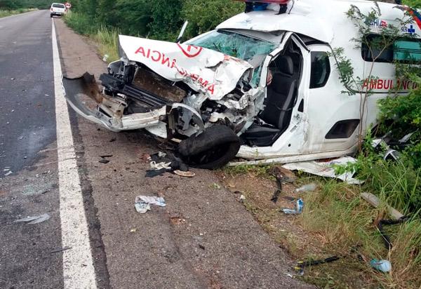 BA-030: Ambulância de Lagoa Real e ônibus se envolvem em acidente próximo a Ibitira, distrito de Rio do Antônio