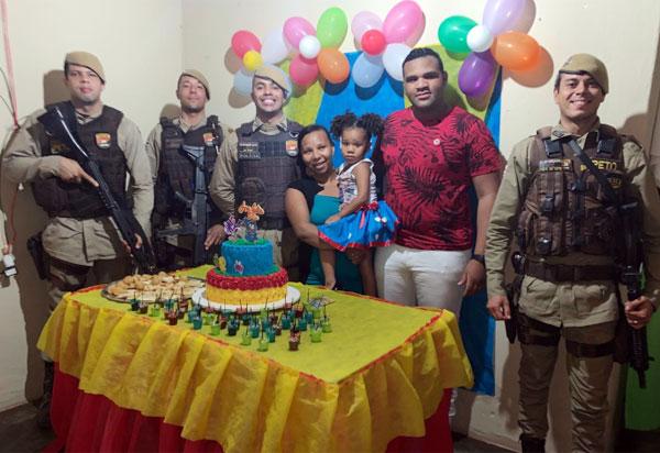 Policias militares participam em Brumado do aniversário da pequena Ana Júlia