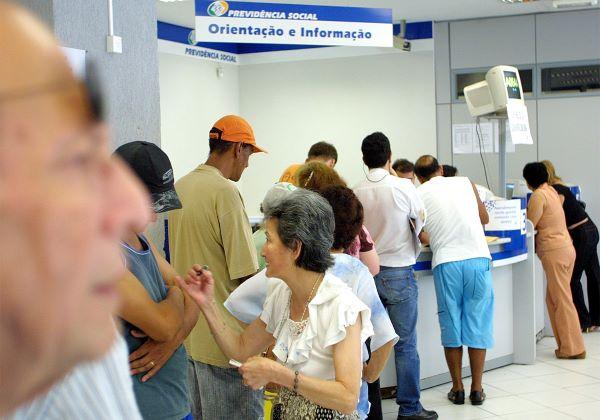 Aposentados e pensionistas recebem nesta segunda (25) parcela do 13º salário