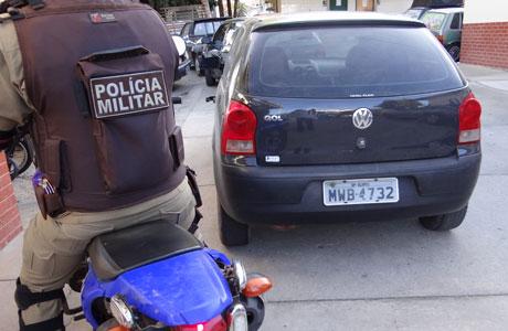 BRUMADO: MOTO TÁTICO DA PM APREENDE CARRO ROUBADO