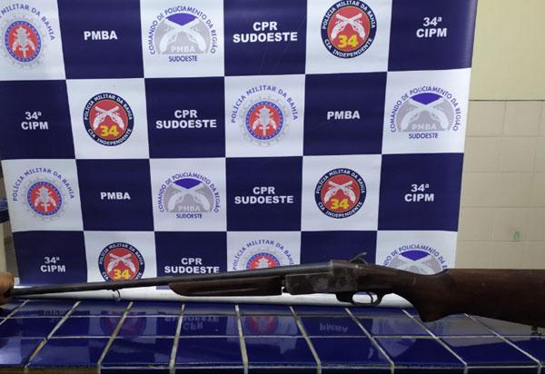 Adolescente é apreendido e homem preso acusados de porte ilegal de arma de fogo em Ituaçu
