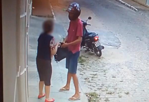 Brumado: senhora é assaltada no centro da cidade; câmeras registraram ação do criminoso