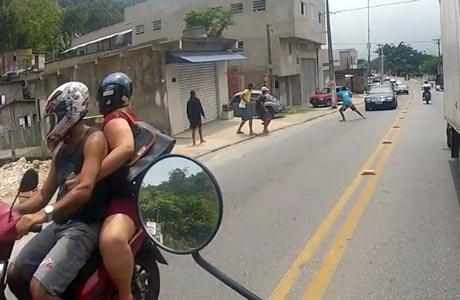 São Paulo: motociclista grava tentativa de roubo a carro