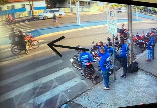 Brumado: Motociclista atropelou mulher em faixa de pedestres na Avenida Centenário; veja o vídeo
