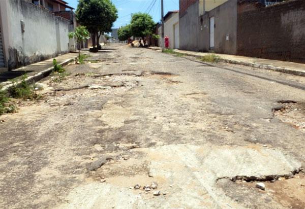Brumado: Em péssimas condições de trafegabilidade, Avenida Ana Lídia Viana Cardoso torna-se perigosa para transeuntes e condutores de veículos