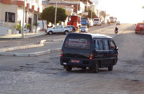 BRUMADO: BURACOS NA ROTATÓRIA DA AVENIDA CENTENÁRIO
