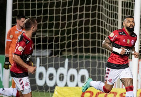Com três gols de Gabi Gol Flamengo goleia o Bahia em Pituaçu