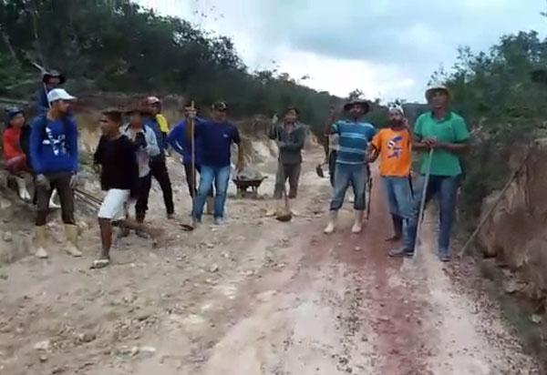 Moradores de Barra da Estiva e Iramaia se unem para recuperar estrada no Povoado de Sincorá da Serra