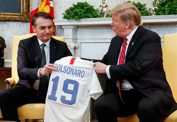 Trump e Bolsonaro trocam camisas das seleções de futebol