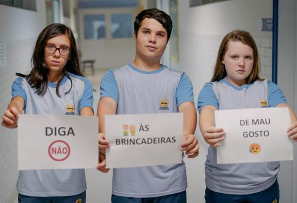 'Desafio da rasteira' se torna popular entre jovens e chama atenção para o risco de morte
