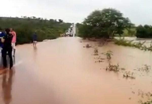 Rios e córregos transbordam e invadem trecho da BR-030 entre Brumado e Sussuarana; veja o vídeo