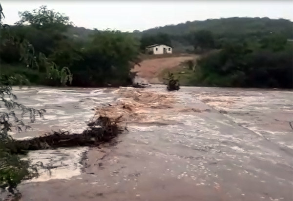 Brumado: rio transborda e cobre estrada na comunidade Formosa