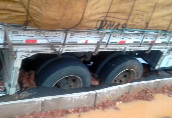 Brumado: caminhão atola em rotatória construída pela prefeitura na BR-030 com acesso a comunidade do tamburil