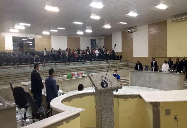 Legislativo de Brumado presta homenagem às mais de 100 mil vítimas fatais da Covid-19 no Brasil