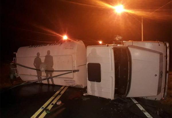 Dom Basílio: caminhão da Operação Pipa tombou na BA-424