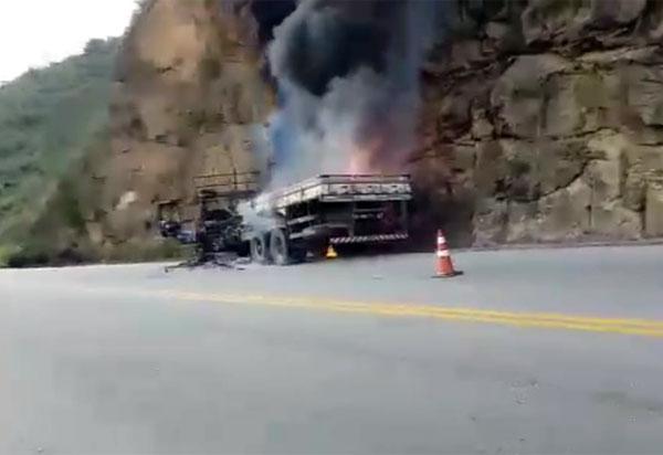 Ao perceber falha nos freios, motorista joga caminhão contra paredão de pedras na Serra do Marçal, em Vitória da Conquista