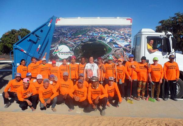 Aracatu: Prefeitura entrega caminhão coletor de lixo para a população e novos uniformes para os funcionários de limpeza pública